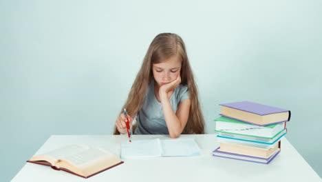 Chica-Triste-Algo-Escrito-En-Su-Cuaderno-Y-Se-Encoge-De-Hombros-Y-Mira-A-La-Cámara