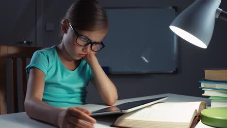 Niña-De-La-Escuela-Triste-Usa-Una-Tableta-En-La-Noche-En-Su-Escritorio