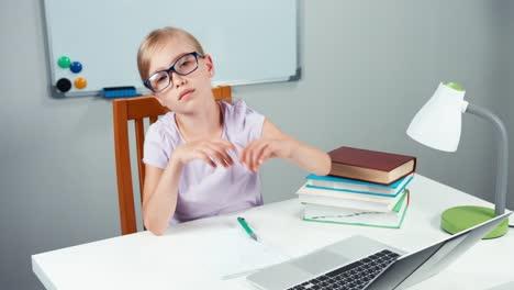 Niña-De-La-Escuela-Triste-7-8-Años-Se-Despierta-Y-Cansada-Mirando-A-La-Cámara