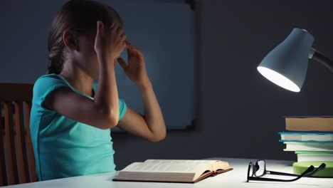 Niña-De-La-Escuela-Se-Despierta-Por-La-Noche-En-Su-Escritorio