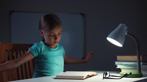 Niña-De-La-Escuela-7-8-Años-Se-Despierta-En-La-Noche-En-Su-Escritorio-Y-Lee-Un-Libro