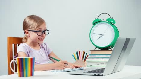 Niña-De-La-Escuela-7-8-Años-Haciendo-La-Tarea-Con-La-Ayuda-De-Una-Computadora-Portátil