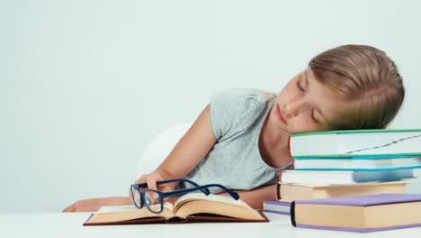 Colegiala-Acostada-En-La-Pila-De-Libros-Se-Despierta-Y-Lee-Libros-De-Texto