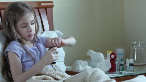 Niño-Enfermo-Niña-De-7-Años-Toma-Pastillas-Sin-Preguntar-A-Adultos