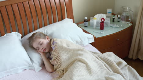 Sick-Niño-Girl-Sneezing-And-Coughs-And-Lying-On-The-Bed