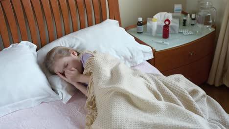 Niño-Enfermo-Acostado-En-La-Cama-Y-Tosiendo