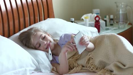 Niña-Enferma-De-7-Años-Acostada-En-Una-Cama-Debajo-De-La-Manta-Y-Mide-El-Temperamento