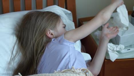 Niña-Enferma-De-7-Años-Estornuda-Y-Tose-En-Un-Pañuelo-Y-Se-Acuesta-En-La-Cama