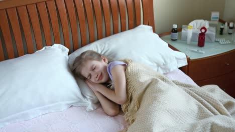 Niña-Enferma-De-7-Años-Estornudando-Y-Tosiendo-Y-Acostada-En-La-Cama-Panorámica