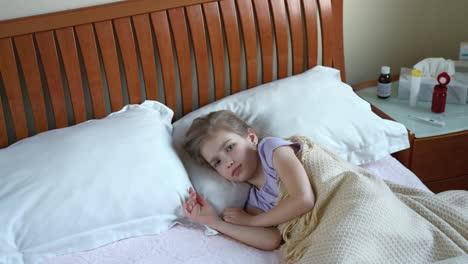Niña-Enferma-De-7-Años-Estornudando-Y-Acostada-En-La-Cama-Panorámica