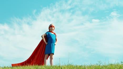 Junges-Mädchen-Das-Vorgibt-Ein-Superheld-Zu-Sein-Und-Die-Welt-Zu-Beschützen