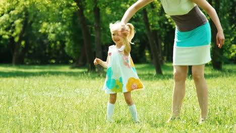 Babymädchen-3-Jahre-Alt-und-Mutter-Die-Im-Park-Spielt