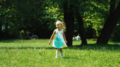 Bebé-Niña-De-3-Años-Jugando-Con-Pompas-De-Jabón-En-El-Parque
