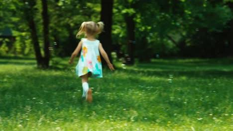 Niña-De-3-Años-Jugando-Con-Pompas-De-Jabón-En-El-Parque