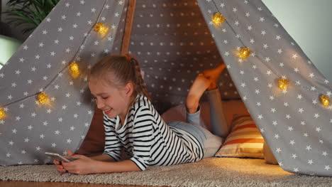 Fröhliches-Kind-Mädchen-9-Jahre-Alt-Mit-Handy-Und-Blick-In-Die-Kamera
