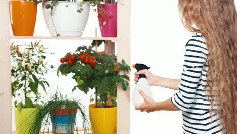 Fröhliches-Mädchen-Im-Alter-Von-8-Jahren-Gemüse-In-Töpfen-Auf-Weißem-Hintergrund-Bestreuen
