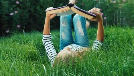Fröhliches-Mädchen-Das-Ein-Buch-Liest-Während-Es-Auf-Dem-Rücken-Liegt-Dolly-Shot