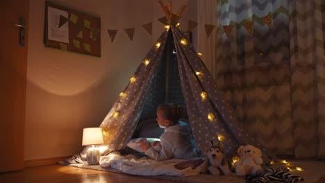 Niño-Durmiendo-En-La-Tienda-India-En-La-Noche-En-El-Dormitorio-Y-Sonriendo