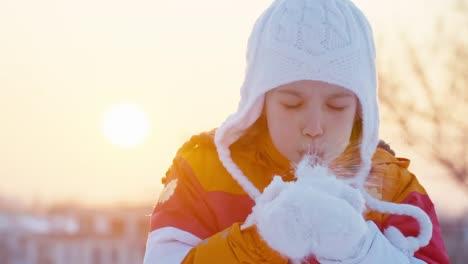Kindermädchen-8-Jahre-Alt-Bläst-Schneeflocken-Im-Freien-Bei-Sonnenuntergang-Zeitlupe-Sunset