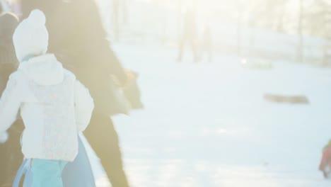 Kindermädchen-8-Jahre-Alt-Hat-Spaß-Im-Winter-Gegen-Sonnenlicht