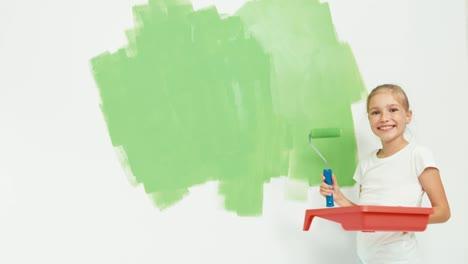 Niño-Niña-De-9-Años-Pintando-La-Pared-En-El-Apartamento-En-Color-Verde-Y-Sonriente
