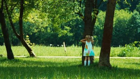 Kinder-Spielen-Verstecken-Baby-Mädchen-Kind-Läuft-Im-Park