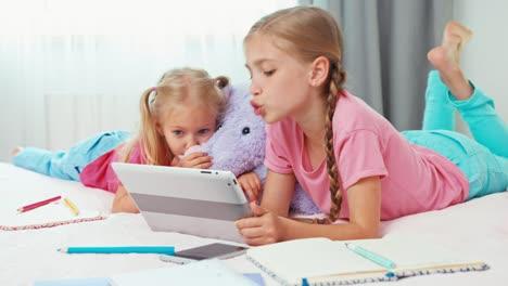 Niños-Que-Usan-Tablet-Pc-Cuando-Están-En-La-Habitación
