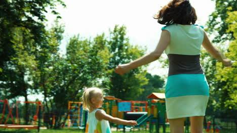 Mutter-und-Baby-3-Jahre-Im-Park-Drehen-und-Lachen
