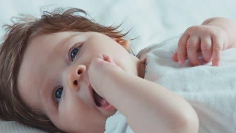 Neugeborenes-Mädchen-Lächelt-Und-Liegt-Auf-Dem-Bett