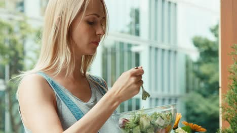 Retrato-Mujer-Embarazada-Comiendo-Ensalada-Y-De-Pie-En-El-Balcón
