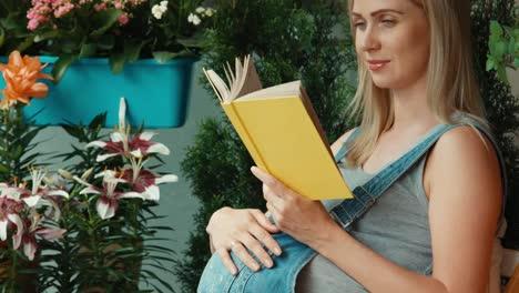 Schwangere-Klopft-Bauch-und-Liest-Ein-Buch-Im-Garten
