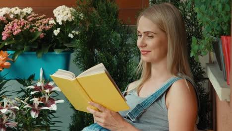 Mujer-Embarazada-Leyendo-Un-Libro-En-El-Jardín