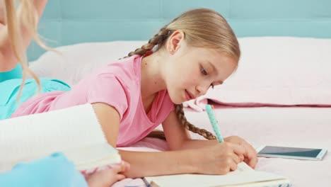 Dos-Hermanas-Dibujando-En-Sus-Cuadernos-Las-Niñas-Están-En-La-Cama