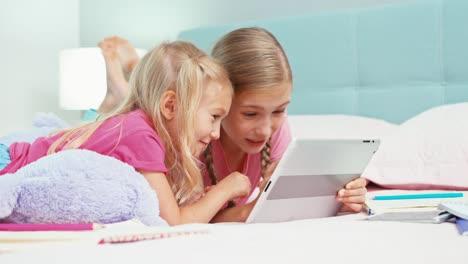 Dos-Hermanas-Que-Usan-Tablet-Pc-Cuando-Están-En-La-Habitación