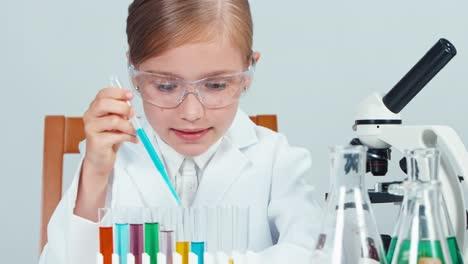 Joven-Químico-Niña-De-La-Escuela-7-8-Años-En-Vasos-Mezclando-Productos-Químicos-En-Tubo-De-Ensayo