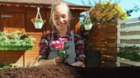Niño-Niña-Planea-Plantar-Flores-Dolly-Shot