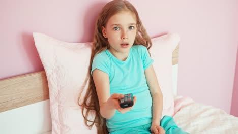 Niña-Niño-Usando-Risas-Remota-De-Televisión-Miedo-Horror-Sorpresa