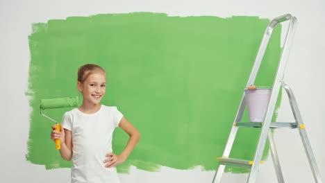 Kind-Hält-Pinsel-In-Der-Nähe-Des-Grünen-Bildschirms