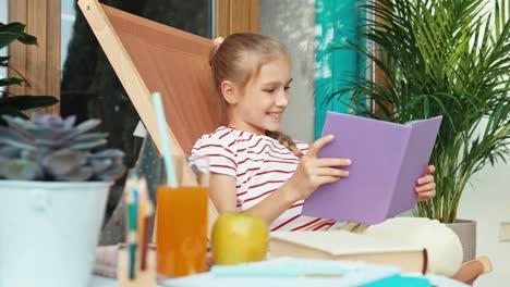 Kind-Liest-Buch-Und-Trinkt-Saft-Und-Sitzt-Draußen-Auf-Dem-Stuhl-Chair