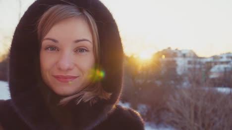 Nahaufnahme-Porträt-Junger-Erwachsener-30-Jahre-Alt-Blick-In-Die-Kamera-Im-Freien-Im-Winter