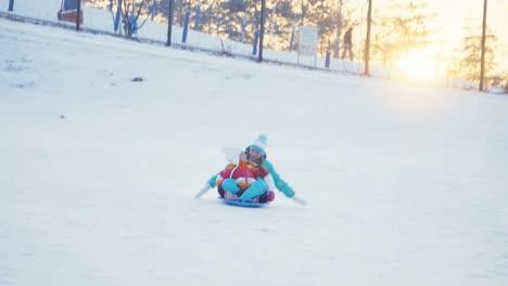 Familia-Monta-Un-Trineo-En-El-Disco-De-Nieve-En-Un-Día-Soleado-De-Invierno