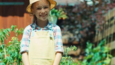 Bauernkind-Hält-Gießkanne-In-Den-Händen-Und-Lächelt-In-Die-Kamera
