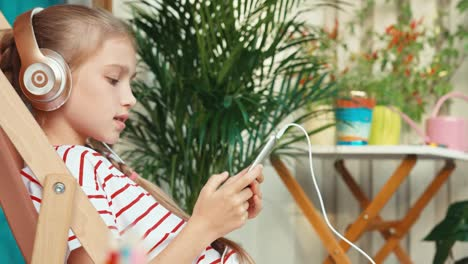 Girl-9-Years-Old-Is-Online-With-Cell-Phone