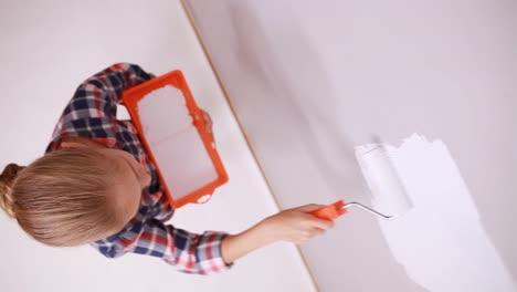 Niña-De-9-Años-Reparando-Su-Casa-Con-Rodillo-De-Pintura-Y-Vista-Superior-De-Color-Blanco
