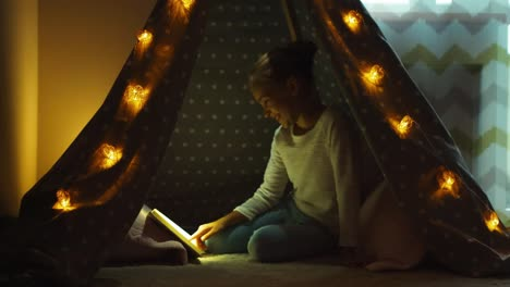 Niña-De-9-Años-Leyendo-El-Libro-En-La-Tienda-India-De-La-Tarde