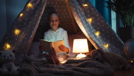 Niña-De-9-Años-Leyendo-Libro-En-Wigwam-En-La-Noche