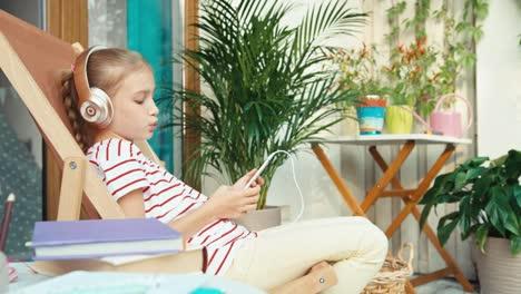Niña-Quiere-Escuchar-Música-Desde-El-Teléfono-Celular