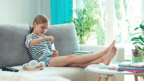 Chica-Conectando-Auriculares-Al-Celular