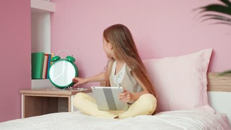 Mädchen-Verbindet-Die-Kopfhörer-Mit-Dem-Tablet