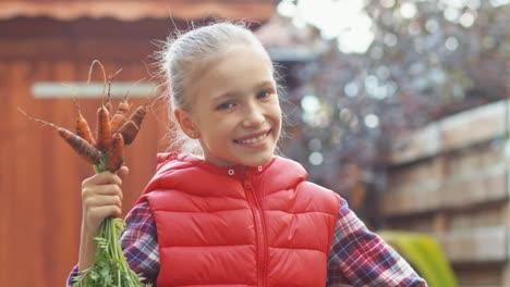 Mädchen-Hält-Karotten-Und-Lächelt-In-Die-Kamera